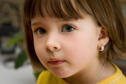 """Bé gái 6 tháng tuổi vùng vẫy khóc lóc khi đượcđưa đi bấm lỗ tai và lý lẽ gây tranh cãi của người mẹ: Tôi có quyền""""-6"""