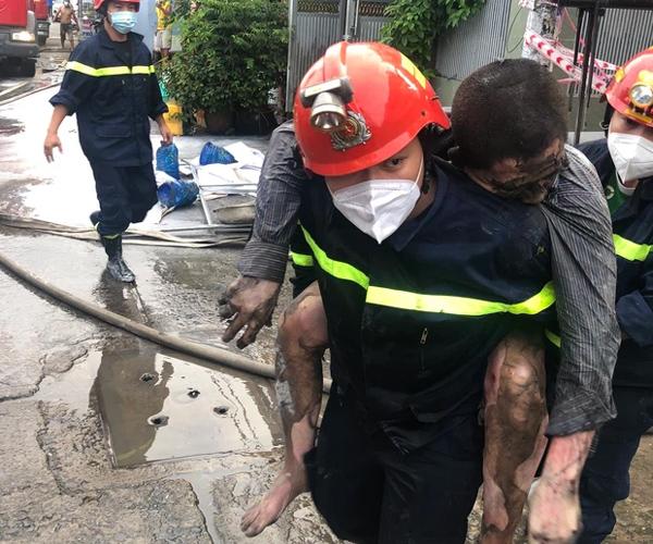 TP.HCM: Nhà 2 tầng cháy dữ dội, cảnh sát giải cứu 3 người mắc kẹt ra ngoài nhưng 1 người không qua khỏi-2