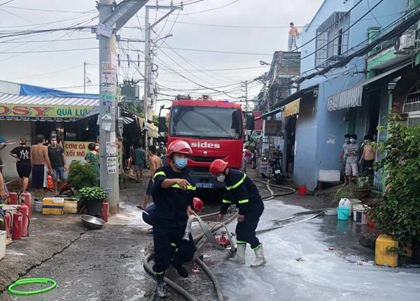 TP.HCM: Nhà 2 tầng cháy dữ dội, cảnh sát giải cứu 3 người mắc kẹt ra ngoài nhưng 1 người không qua khỏi-3