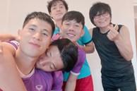 """Đình Trọng đăng ảnh selfie nhắng nhít bên đồng đội, đáng chú ý là hành động """"xả vai"""" ông bố mạnh mẽ của Tiến Dũng"""