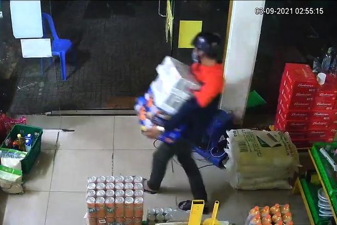 Trộm đột nhập cửa hàng Bách Hóa Xanh ở TP.HCM-2