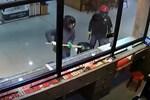 Tưởng súng giả, bà chủ nhà hàng tay không giật súng của cướp-1