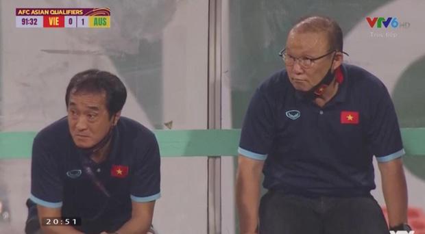 Clip: Bắt gặp thầy Park nhìn trộm khi trọng tài check VAR, biểu cảm cho tui xem với cute ngất trời-3