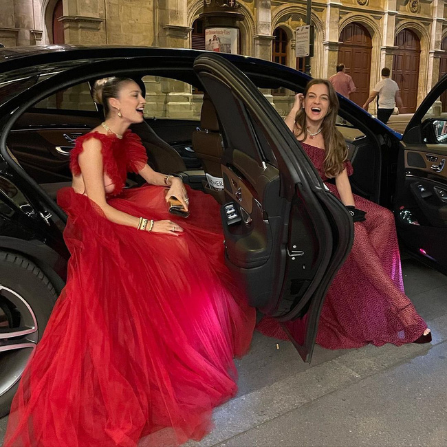 Công nương Monaco như thả rông tại đám cưới Hoàng gia: Diện bộ đầm ý nghĩa nhưng lại cắt khoét đúng chỗ hiểm-5