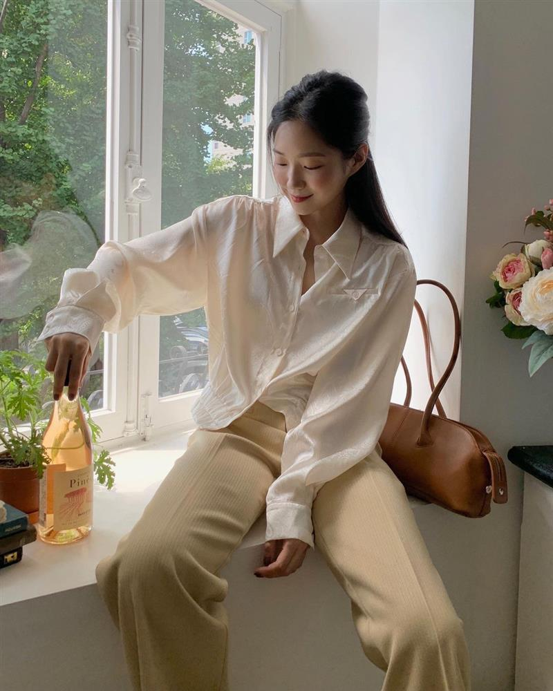 4 kiểu áo chị em nhất định nên mua dáng oversized để trông trẻ trung, sang xịn mịn hơn-5