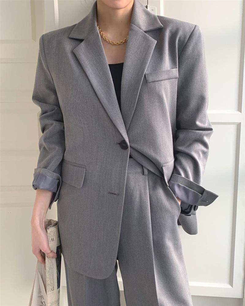 4 kiểu áo chị em nhất định nên mua dáng oversized để trông trẻ trung, sang xịn mịn hơn-7