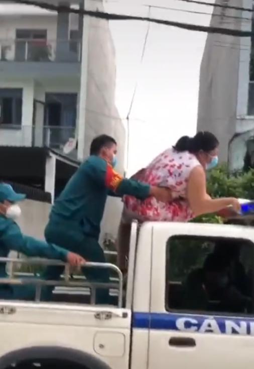 Không đeo khẩu trang, người phụ nữ còn trèo lên nóc xe cảnh sát ngồi, múa may làm loạn nơi công cộng-3
