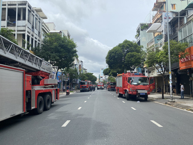 TP.HCM: Nhà 3 tầng cháy dữ dội, 40 người được giải cứu an toàn-1