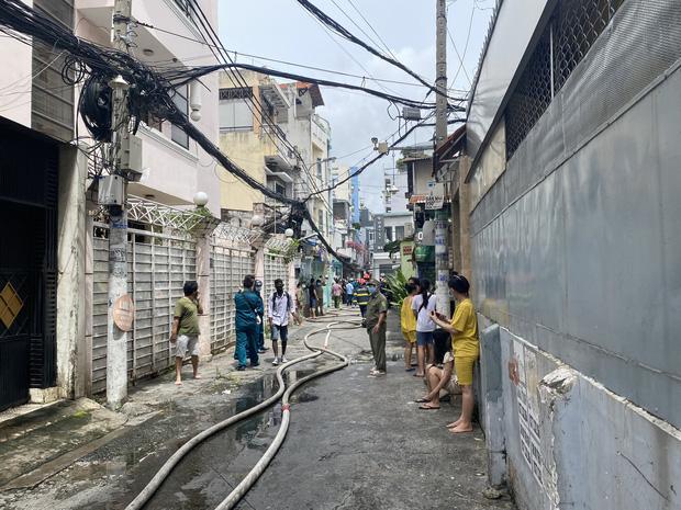 TP.HCM: Nhà 3 tầng cháy dữ dội, 40 người được giải cứu an toàn-4
