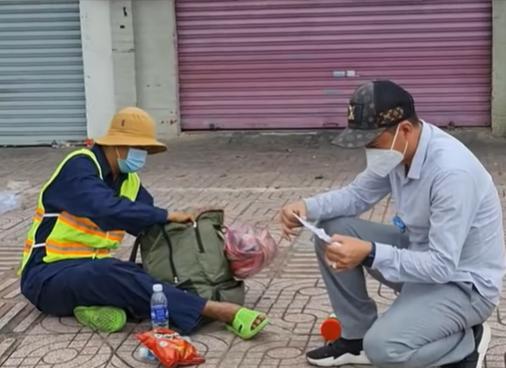 Quỳ gối giữa đường xin quá giang về quê, thanh niên bật khóc khi được người lạ giúp đỡ-2