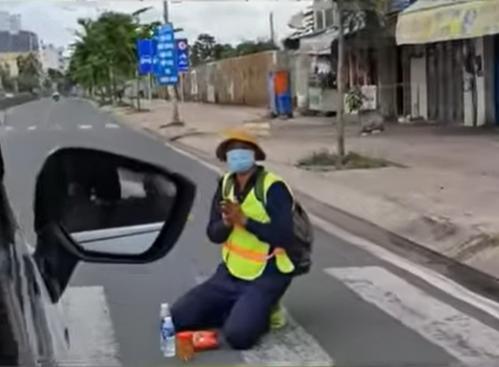 Quỳ gối giữa đường xin quá giang về quê, thanh niên bật khóc khi được người lạ giúp đỡ-1