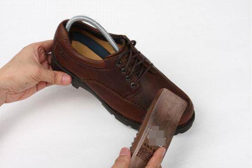 Khi giày bị bong, đừng dùng keo dính nữa, đây là cách mới vừa tiết kiệm tiền lại hàn được chỗ bong cực chắc-5