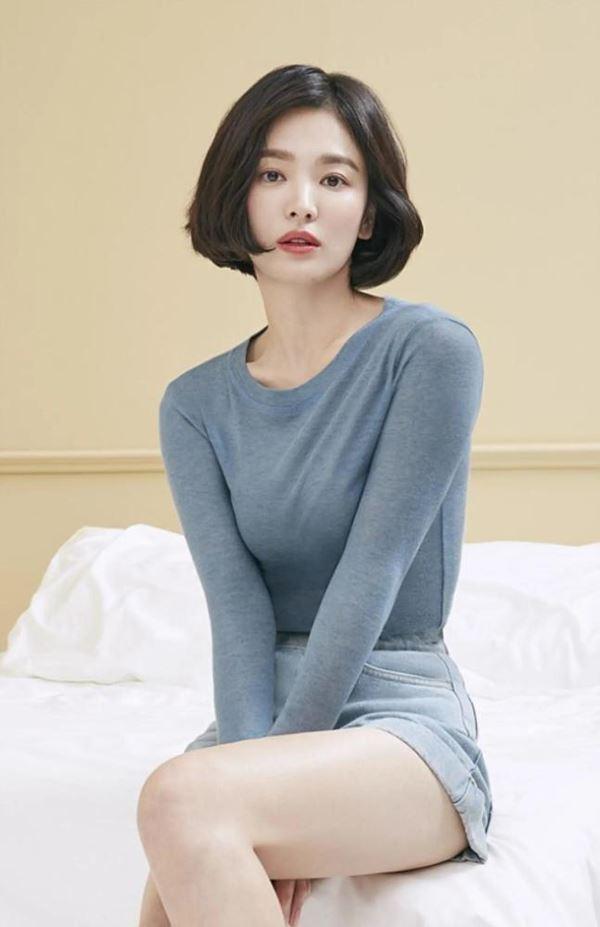 Lần hiếm hoi Song Hye Kyo khoe 3 vòng bốc lửa ngùn ngụt, chẳng ngại cắt váy sexy lấn át cả mẫu hãng-4