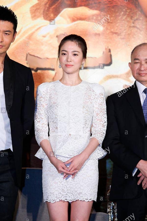 Lần hiếm hoi Song Hye Kyo khoe 3 vòng bốc lửa ngùn ngụt, chẳng ngại cắt váy sexy lấn át cả mẫu hãng-10