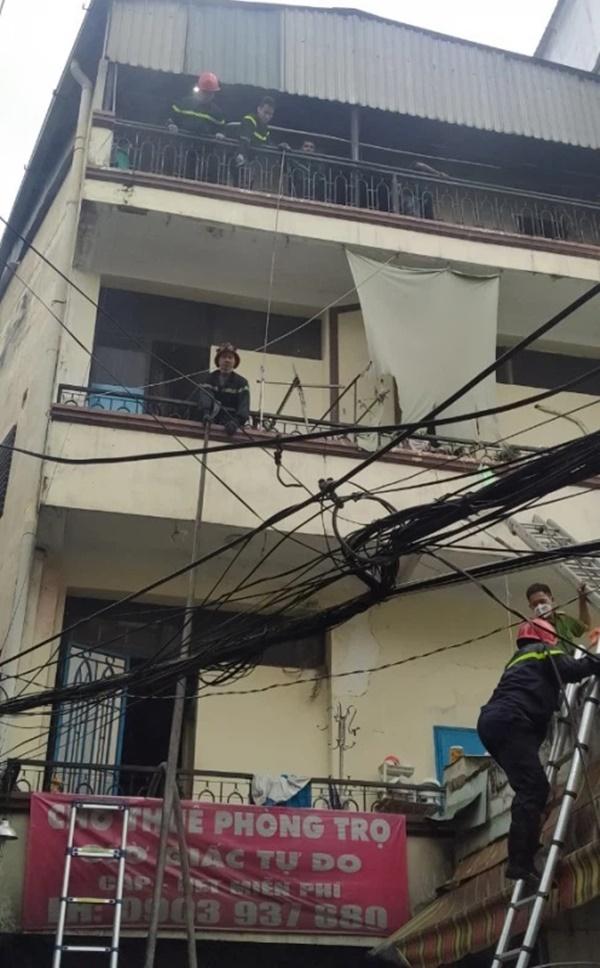 Nín thở chứng kiến cảnh người dân chạy thoát thân khỏi căn nhà 3 tầng đang bốc cháy dữ dội-2