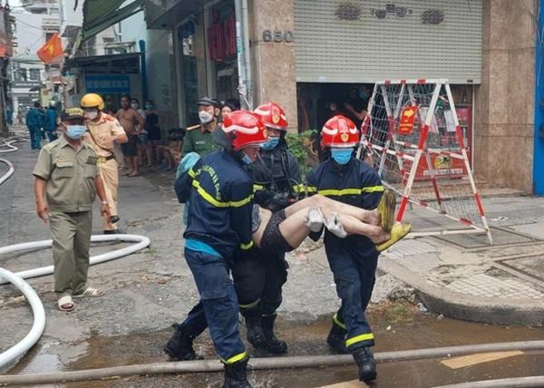 Nín thở chứng kiến cảnh người dân chạy thoát thân khỏi căn nhà 3 tầng đang bốc cháy dữ dội-3