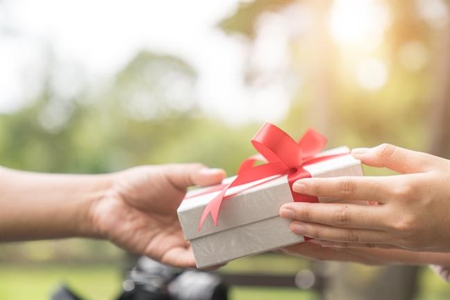Chồng liên tục mua quà thưởng cho nhân viên nữ, vợ thắc mắc liền nhận về câu trả lời không thể phũ phàng hơn-2