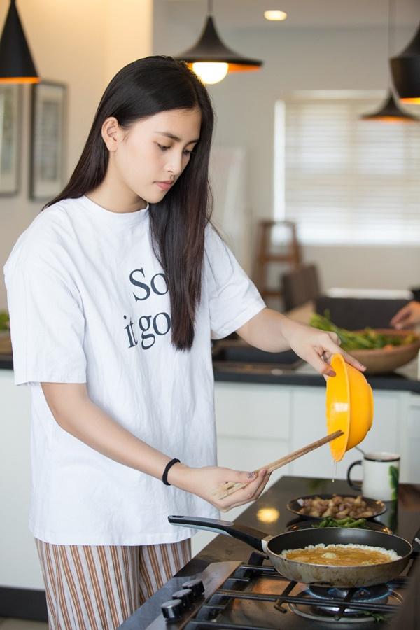 Hoa hậu Tiểu Vy chuẩn gái đảm chính hiệu, mùa dịch đích thân vào bếp nấu loạt món ngon, hấp dẫn-3