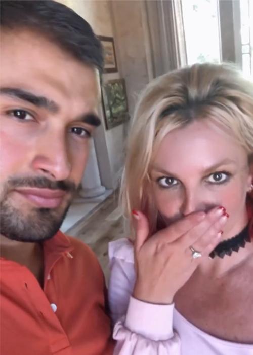 Britney Spears đính hôn với người tình trẻ kém 13 tuổi sau khi được bố trả tự do-1