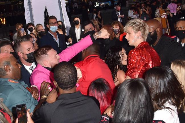 Sốc: Bạn trai bom sex Megan Fox bị võ sĩ McGregor đấm ngay trên thảm đỏ MTV VMAs 2021-1