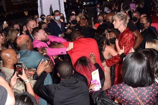 Sốc: Bạn trai bom sex Megan Fox bị võ sĩ McGregor đấm ngay trên thảm đỏ MTV VMAs 2021-3