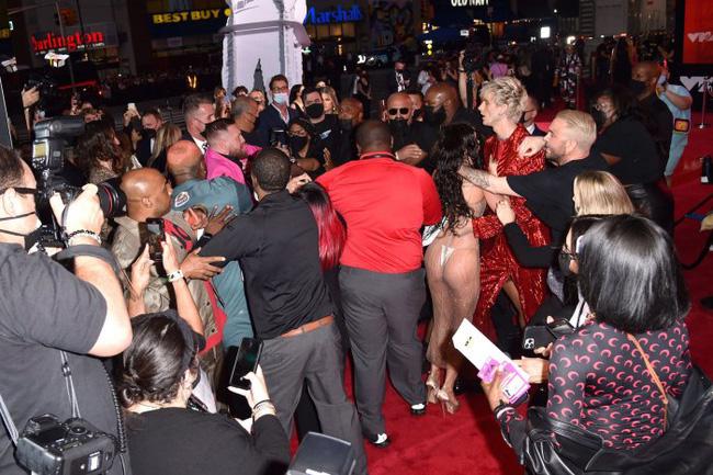 Sốc: Bạn trai bom sex Megan Fox bị võ sĩ McGregor đấm ngay trên thảm đỏ MTV VMAs 2021-4