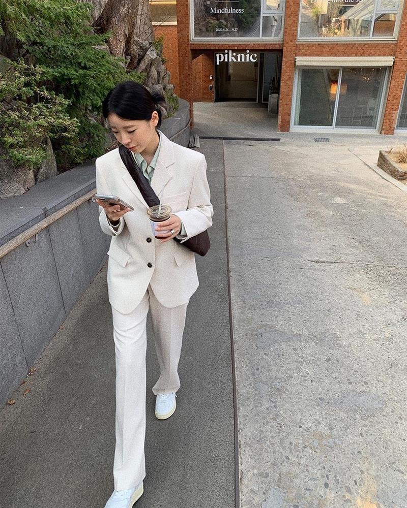 Sneaker trắng nên được mix với 4 kiểu trang phục này để trông trẻ ra 5 tuổi, sành điệu gấp đôi-11