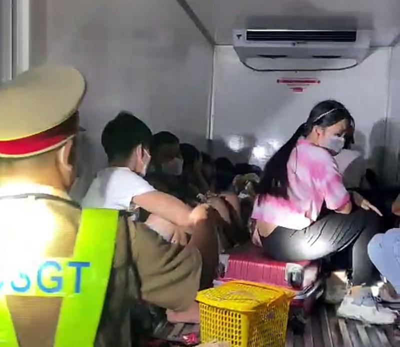 SỐC: Phát hiện 15 người bao gồm trẻ em trong thùng xe đông lạnh thông chốt, nhiều người vã mồ hôi, khó thở-2