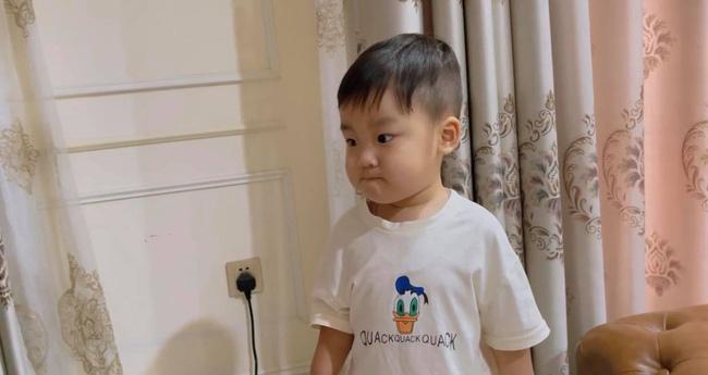 Hòa Minzy khoe con trai cực yêu nhưng dân mạng lại chỉ ra một điểm hết sức nguy hiểm ngay cạnh bé-1
