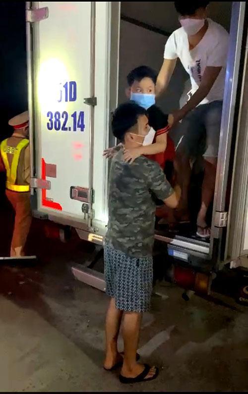 """Thông tin mới vụ 15 người bao gồm trẻ em trong thùng xe đông lạnh thông chốt"""" về quê-1"""