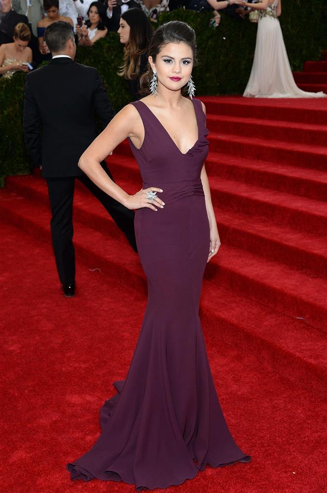 Nhắc đến Selena Gomez tại Met Gala, netizen nhớ nhất màn trang điểm chết trôi nhưng cô còn có loạt outfit đẹp khuynh thành khác nữa-1