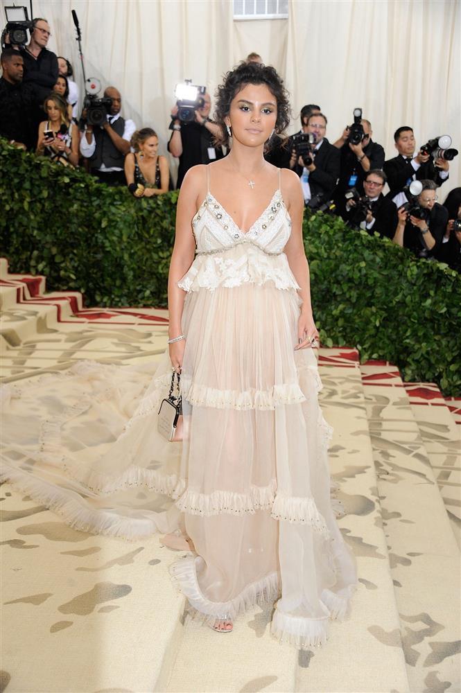 Nhắc đến Selena Gomez tại Met Gala, netizen nhớ nhất màn trang điểm chết trôi nhưng cô còn có loạt outfit đẹp khuynh thành khác nữa-10