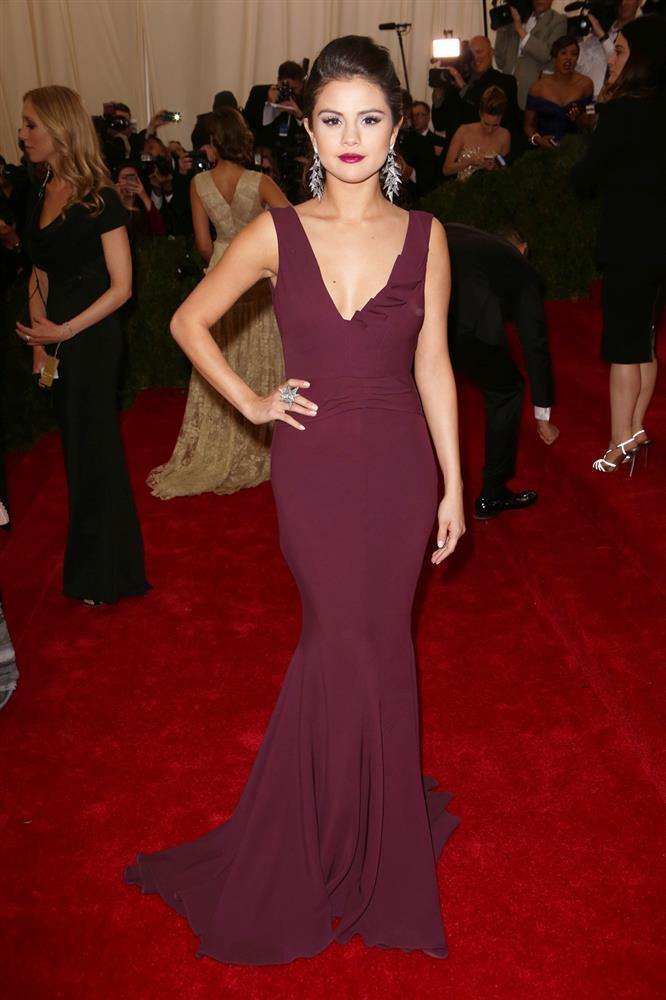 Nhắc đến Selena Gomez tại Met Gala, netizen nhớ nhất màn trang điểm chết trôi nhưng cô còn có loạt outfit đẹp khuynh thành khác nữa-2