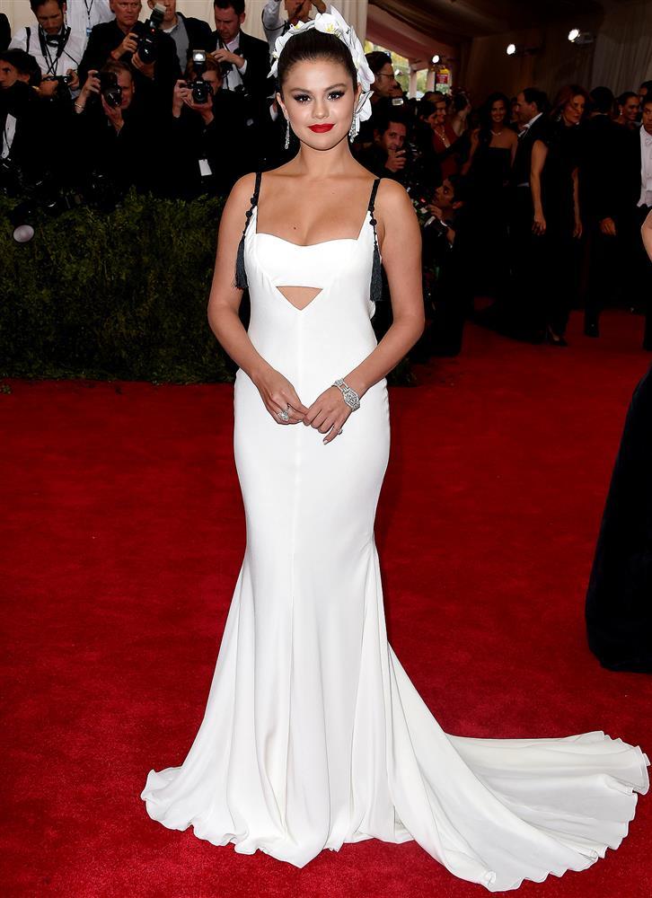 Nhắc đến Selena Gomez tại Met Gala, netizen nhớ nhất màn trang điểm chết trôi nhưng cô còn có loạt outfit đẹp khuynh thành khác nữa-4