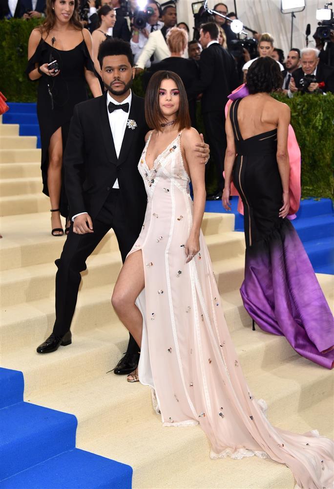 Nhắc đến Selena Gomez tại Met Gala, netizen nhớ nhất màn trang điểm chết trôi nhưng cô còn có loạt outfit đẹp khuynh thành khác nữa-7