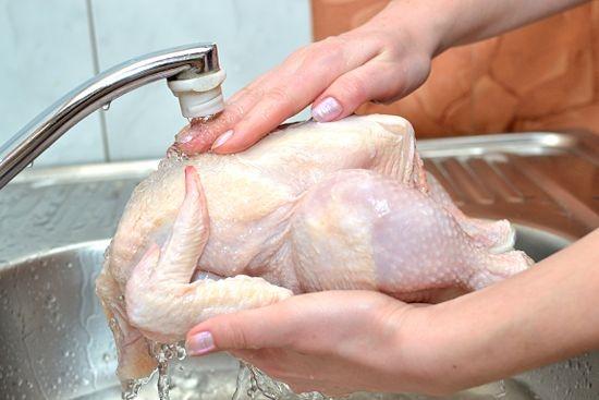 Chị em đừng bao giờ rửa thịt gà theo cách này vì sẽ làm lây lan vi khuẩn, gieo rắc ổ bệnh nguy hiểm cho cả nhà-2