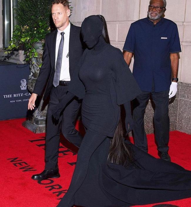Cô Kim siêu vòng 3 Kim Kardashian kiên quyết không hở một miếng thịt nào ở Met Gala 2021-2