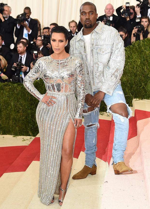 Cô Kim siêu vòng 3 Kim Kardashian kiên quyết không hở một miếng thịt nào ở Met Gala 2021-8