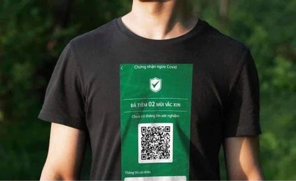 Áo phông in mã QR chứng nhận tiêm vắc xin bất ngờ gây xôn xao-1