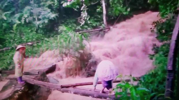 Cô giáo mầm non cõng con vượt lũ trên cây cầu tạm: Giờ xem lại clip thấy rợn người-2
