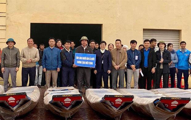 Netizen tranh cãi hình ảnh Thuỷ Tiên tặng thuyền máy cứu trợ miền Trung nhưng chỉ ghi tên 2 vợ chồng, phía chính chủ nói gì?-6