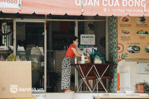Ngày đầu quận 7 tái hoạt động: Quán ăn bán trực tiếp cho người dân mang về, cửa hàng điện thoại, tiệm sửa xe đã mở lại-4