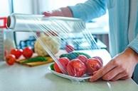 Dán màng bọc thực phẩm lên bếp gas có thể giải quyết được nhiều rắc rối trong gia đình, ai chưa biết thật đáng tiếc