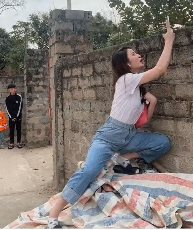 """Bồ mới Quang Hải đăng clip thậm thụt"""" nhà hàng xóm, nhưng lại khiến dân tình mất tập trung vì dáng đứng khiêu khích-3"""
