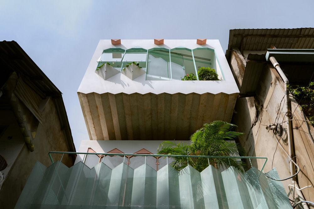 Ngôi nhà trong hẻm nổi bật với gam xanh mint siêu cưng, hay nhất là thiết kế zigzag độc lạ đỉnh của chóp-1