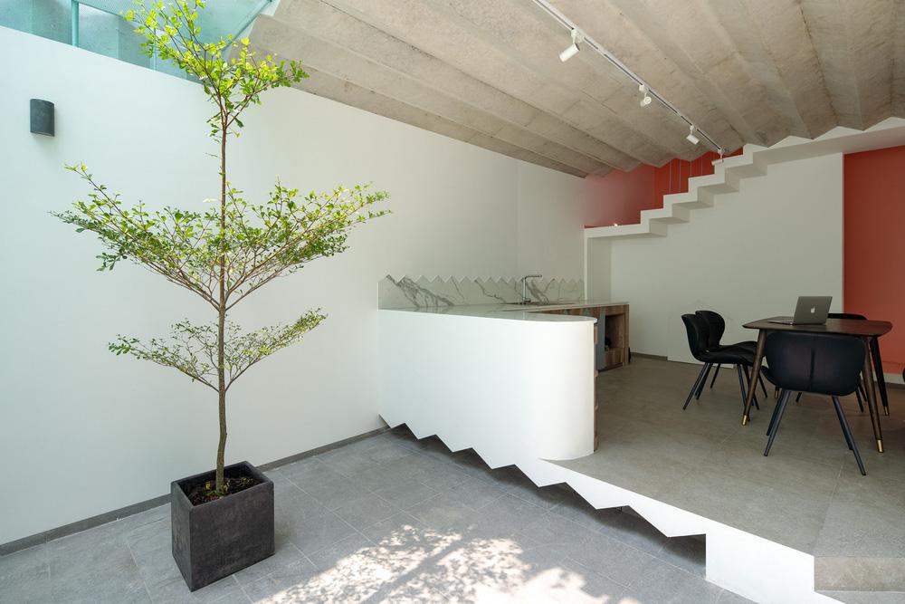 Ngôi nhà trong hẻm nổi bật với gam xanh mint siêu cưng, hay nhất là thiết kế zigzag độc lạ đỉnh của chóp-4