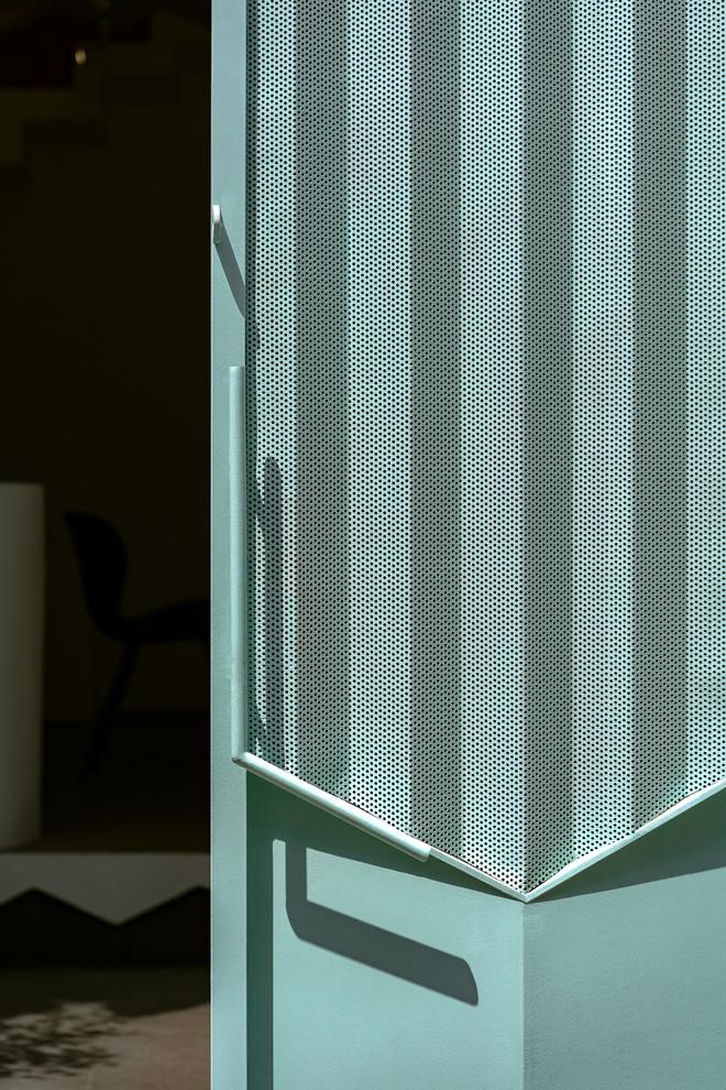 Ngôi nhà trong hẻm nổi bật với gam xanh mint siêu cưng, hay nhất là thiết kế zigzag độc lạ đỉnh của chóp-8