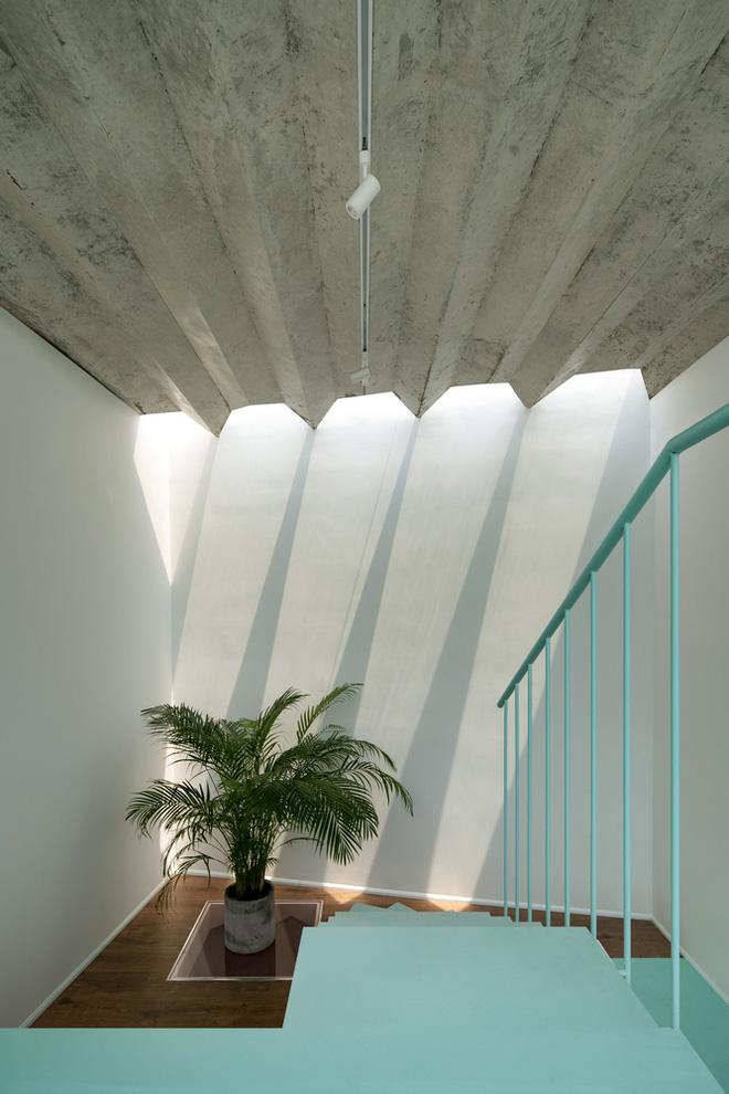Ngôi nhà trong hẻm nổi bật với gam xanh mint siêu cưng, hay nhất là thiết kế zigzag độc lạ đỉnh của chóp-9