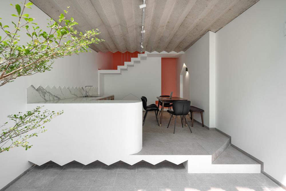 Ngôi nhà trong hẻm nổi bật với gam xanh mint siêu cưng, hay nhất là thiết kế zigzag độc lạ đỉnh của chóp-11