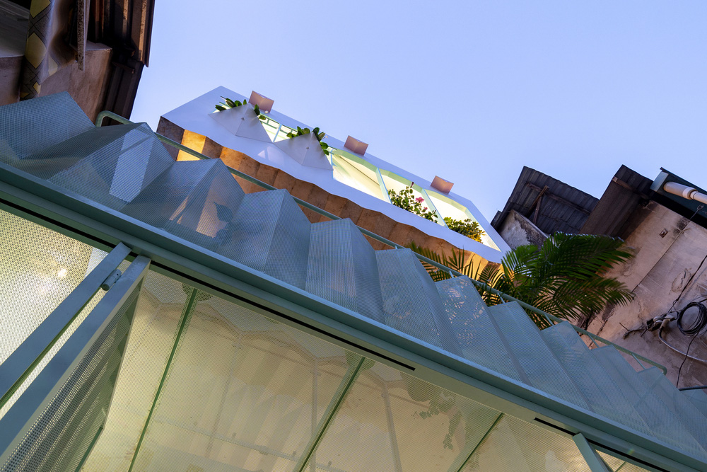 Ngôi nhà trong hẻm nổi bật với gam xanh mint siêu cưng, hay nhất là thiết kế zigzag độc lạ đỉnh của chóp-23